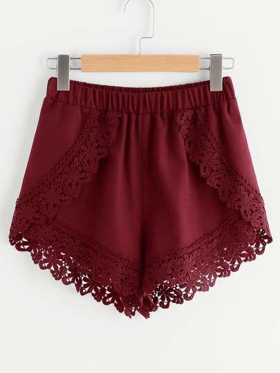 Shorts cruzado con ribete de encaje y cintura elástica