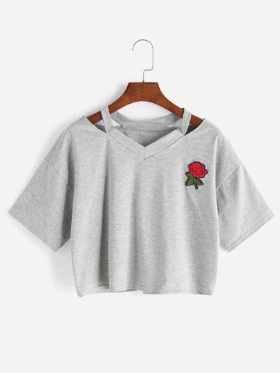 Camiseta escote V con abertura y parche de rosa