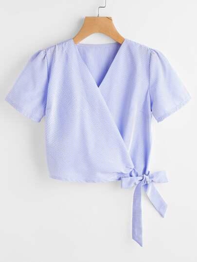Blusa de rayas verticales y ribete con lazo