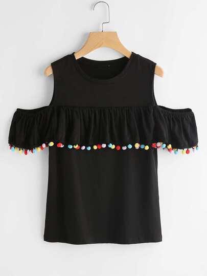 Tee-shirt épaules dénudées découpé avec des plis et des pompons