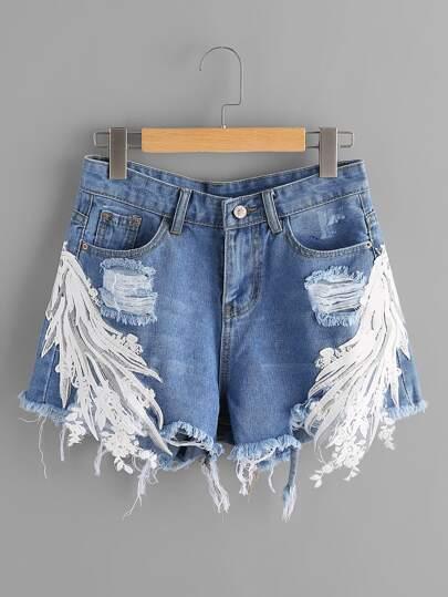 Jeansshorts mit Stickereien, Spitzen, Applikation und ausgefranstem Saum