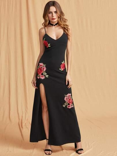 Robe texturée brodée fendue avec des appliques des roses