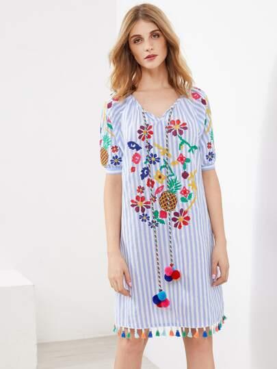 Vestido de rayas verticales con ribete de borlas y pompones