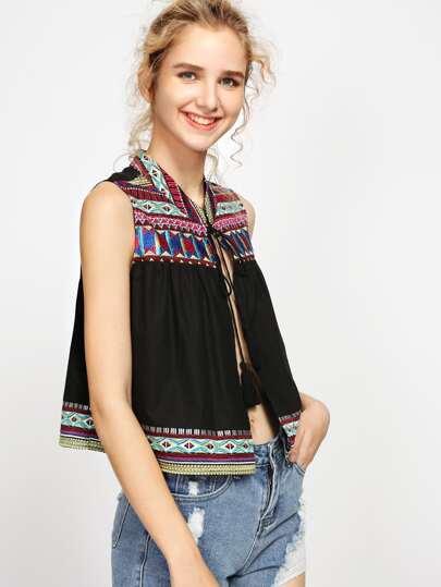 Blusa con bordado tribal de canesú y borlas