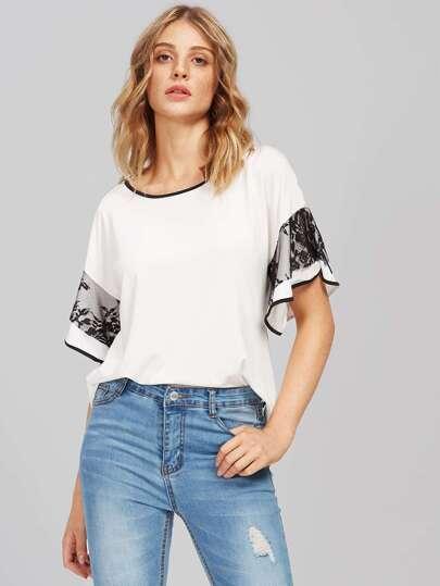 T-shirt con spalle scoperte e pizzo a contrasto