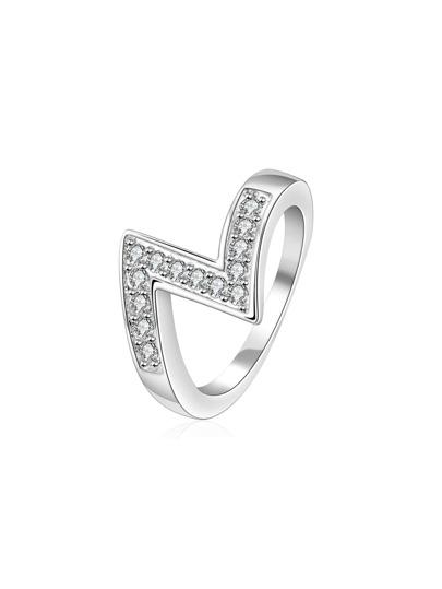 Anillo en forma de Z con diamante sintético