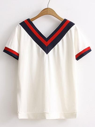 T-shirt con scollo a doppio v e stampa di chevron