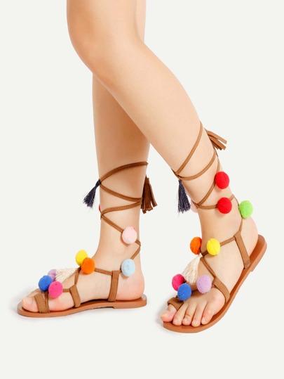 Sandalias con adorno de pompones y cordones
