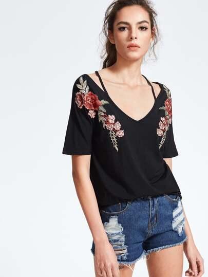 Camiseta con cuello en V y parche de rosa - negro