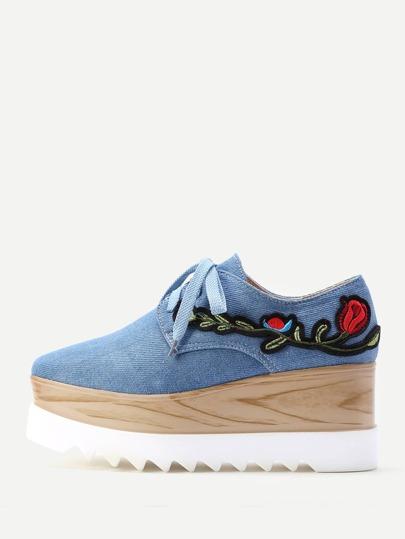 Sandales brodé des fleurs en denim à lacets