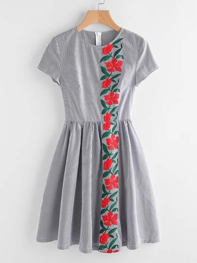 Vestito a campana in forma a strisce con ricamo di fiore