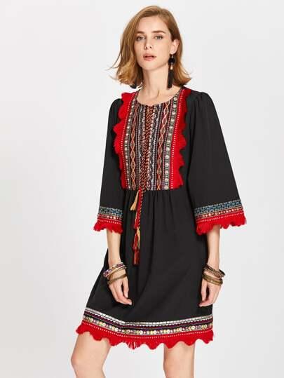 Vestido de encaje con detalle de bordado y cordón