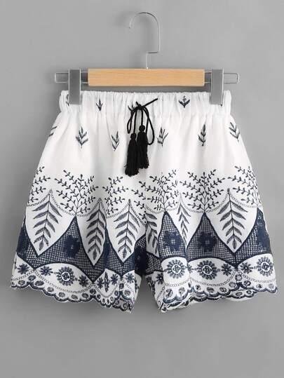 Shorts mit Stickereien und Quaste