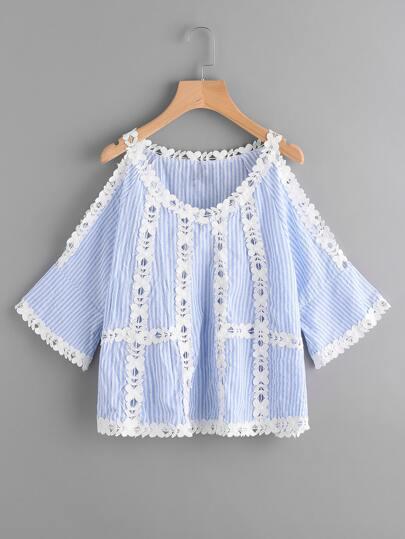 Blusa de rayas verticales de encaje con panel con hombros abiertos