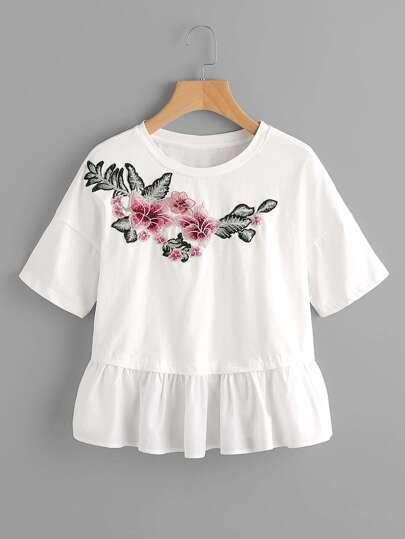 T-shirt mixte avec garniture ruché avec pièce de fleur