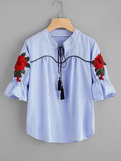 Blusa de rayas con cordón con fleco en el cuello con aplicación de bordado