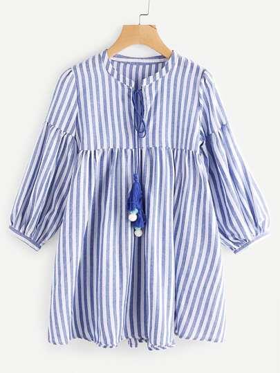 Kleid mit Streifen, Quaste, Halsband und Laternenhülsen
