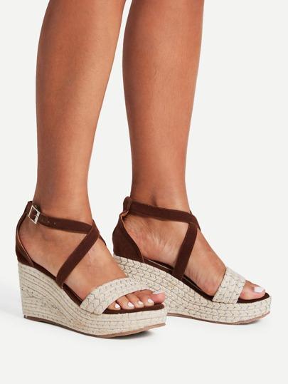 Sandalias tejidas con cuña con cordones cruzados