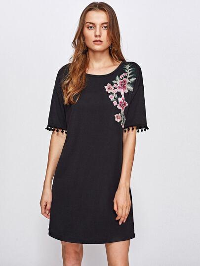 Vestido con parche de bordado de flor y detalle de pompón