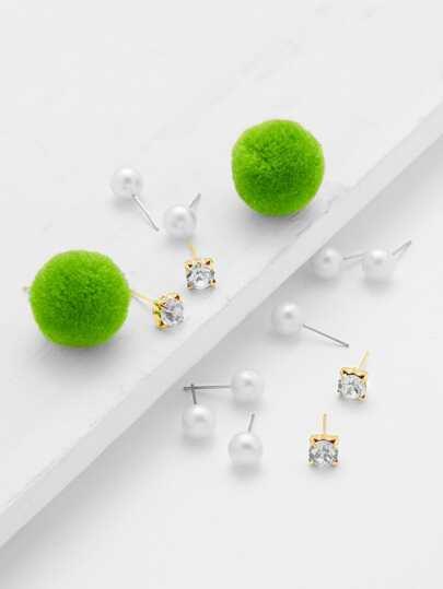 Ensemble de boucles d\'oreille design de perles fausses et des pompons