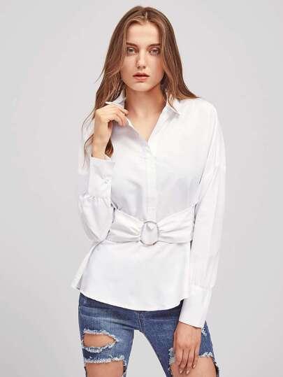 Blusa con media tapeta con detalle de cinturón con 0-anillo