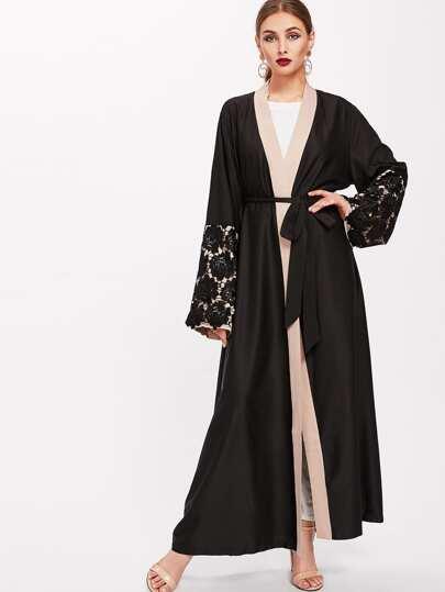 Abaya contrasté imprimé fleuri en dentelle avec un lacet