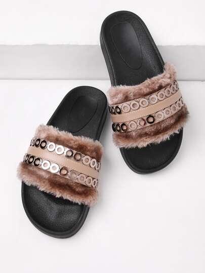 Sandalias con piel sintética y detalle metálico
