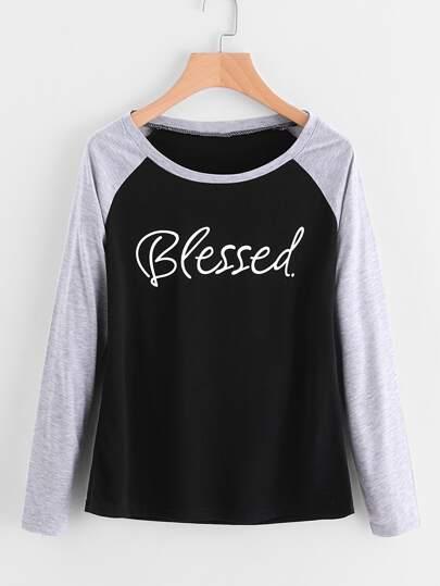 Camiseta con manga raglán en contraste con letras