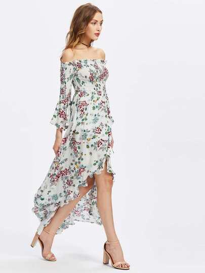 Vestido con estampado tropical y hombros al aire