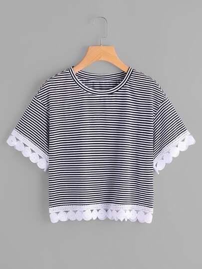 T-shirt a strisce con bordi all\'uncinetto