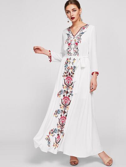 Kleid mit Stickereien und symmetrischem Blumenmuster