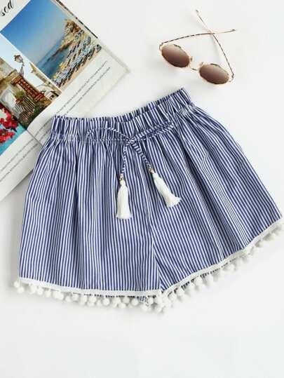 Shorts à rayures avec une ceinture et des pompons