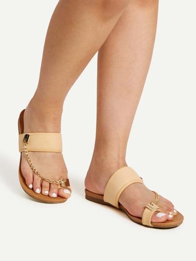 Sandalias planas con anillo para el dedo con detalle de cadena