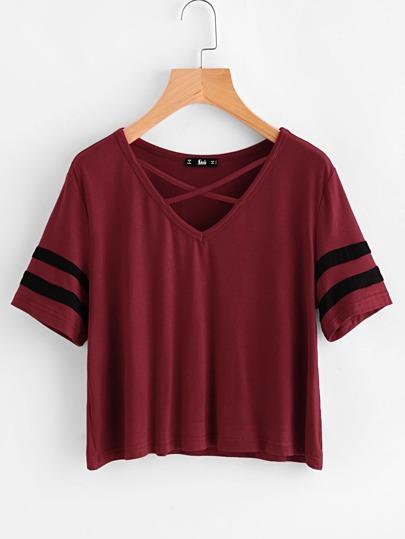 T-Shirt mit Streifen auf Ärmeln und Kreuzgurte am Hals