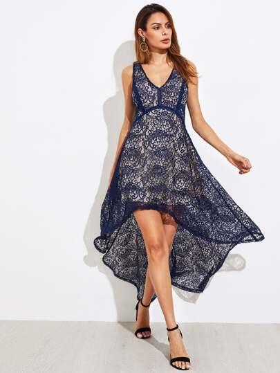 Kleid mit Spitzen und abfallendem Saum