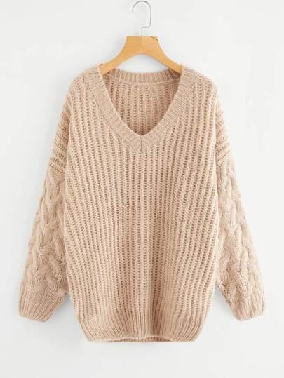 Pull tricoté avec la chute de l\'épaule