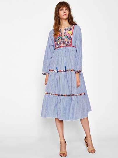 Vestido escalonado de rayas verticales con bordado azteca y cordón