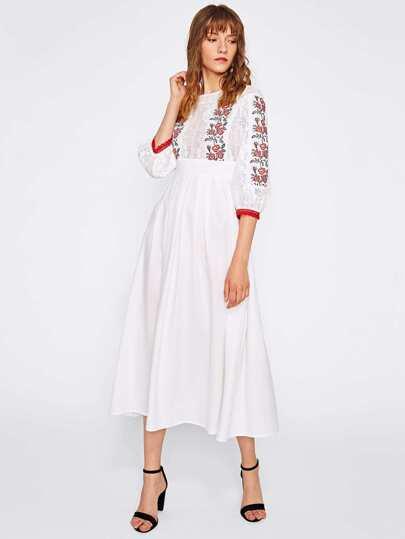 Kleid mit Stickereien, Spitzen und Plissee