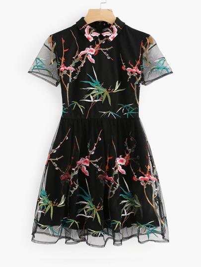 Vestido entallado con vuelo de malla con bordado botánico