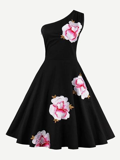 Kleid mit Oblique Schultern und Stickereien
