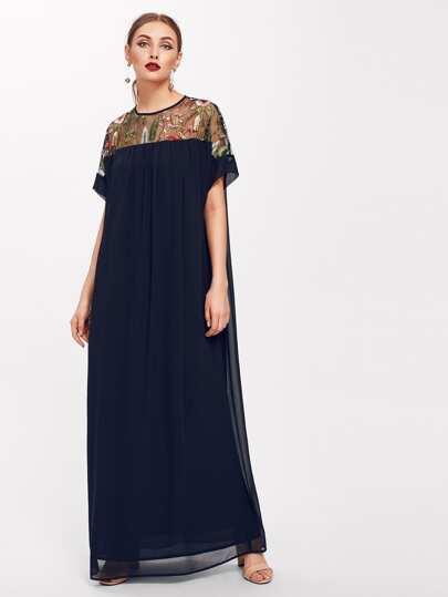 Vestido con abertura con bordado de malla de canesú