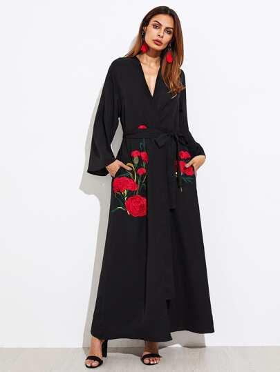 Abaya brodé des œillets de fleuristes avec un lacet