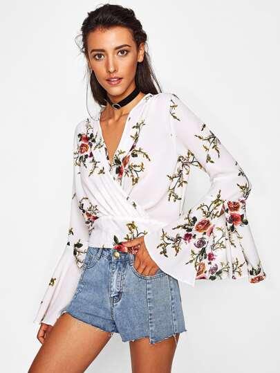 Blusa con escote de estilo sobrepelliz y manga acampanada con detalle de cordón