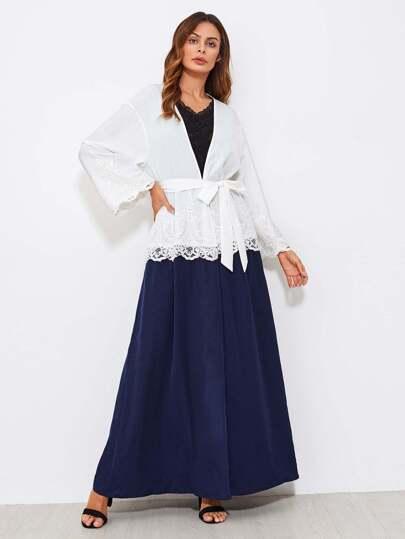 Abaya manche cloche festonné en dentelle avec des appliques