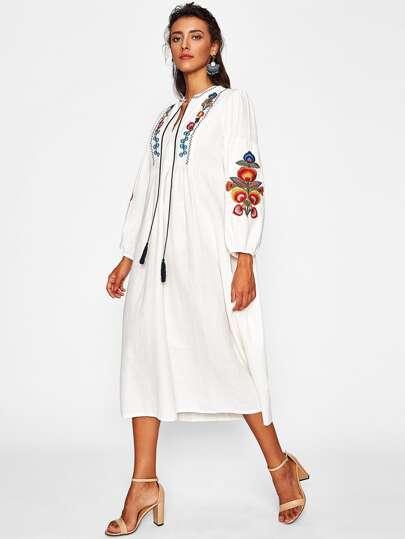 Vestido con bordado de manga farol con flecos