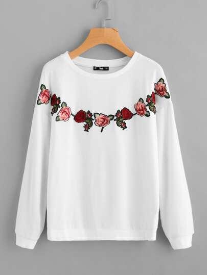 Pull-over brodé des roses avec la chute de l'épaule