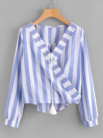 Blusa de rayas en contraste con cuello de estilo sobrepelliz con cordón