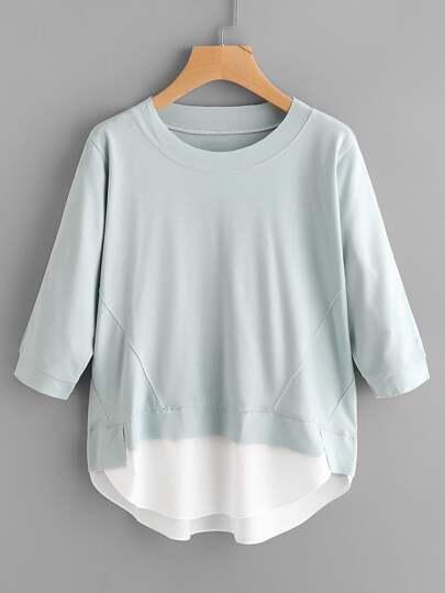 Camiseta con bajo irregular en contraste