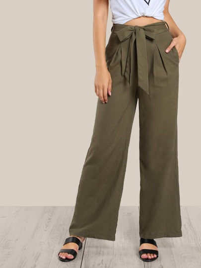 Pantalons avec une ceinture et des plis