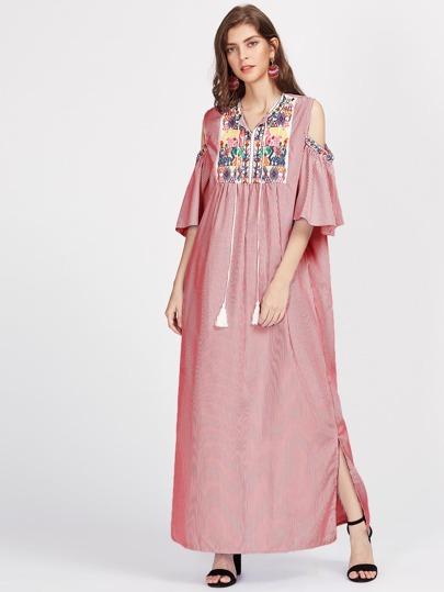 Schulterfreies Kleid mit Aztisch Stickereien, Quaste und Halsband